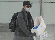 陈赫遮黑超戴口罩现身机场 左顾右盼防偷拍