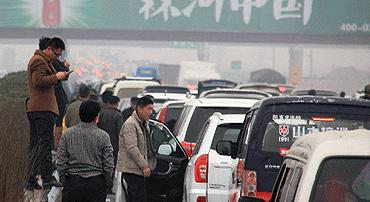 """春节返程堵车盛况 河南高速变身""""停车场"""""""