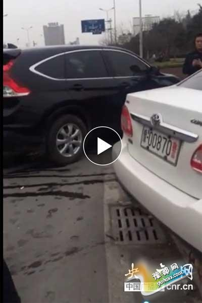 河南鹤壁一高速交警闹市区酒驾 与私家车相撞