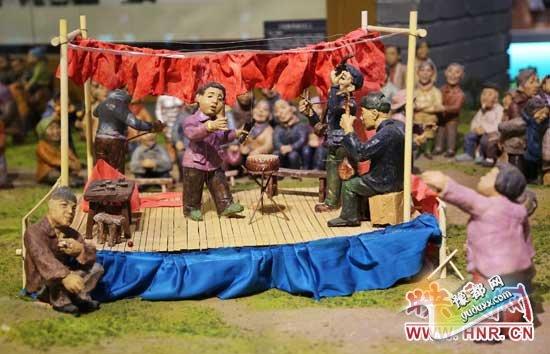 河南宝丰中华曲艺展览馆内的说唱和听书造型的泥塑人。(3月1日摄)