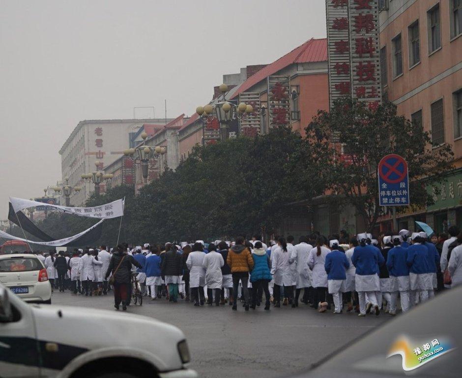 醉男与医生厮打致2死 医护者上街谴责