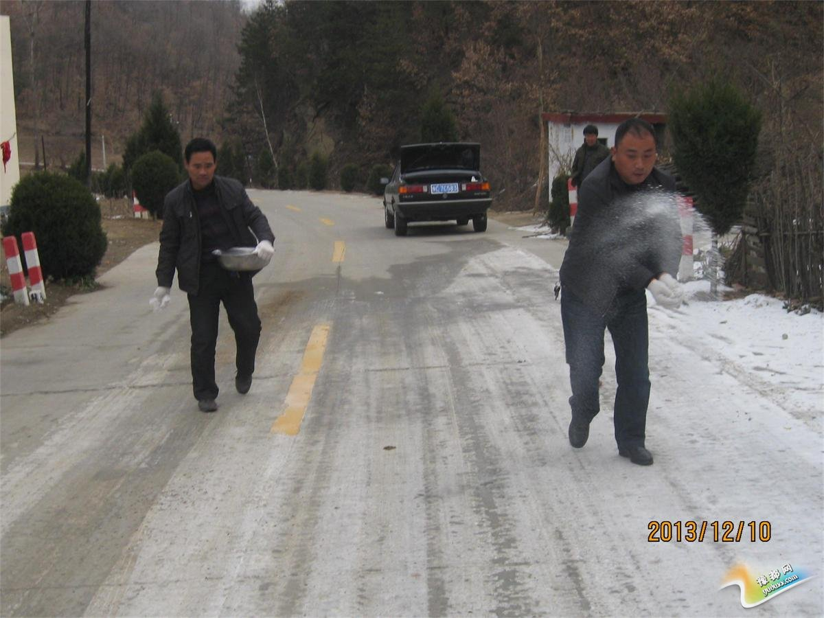 栾川县农管所:及时清理路面冰雪 保障公路安全通行
