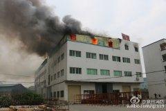 晋江罗山一工厂突发火灾2人被困 消防员四楼救下