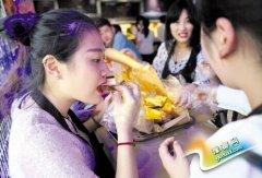 河北现无餐具餐厅:牛皮纸盛菜肴 吃饭用手抓
