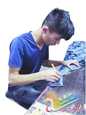 陈湘生在制衣厂努力工作。