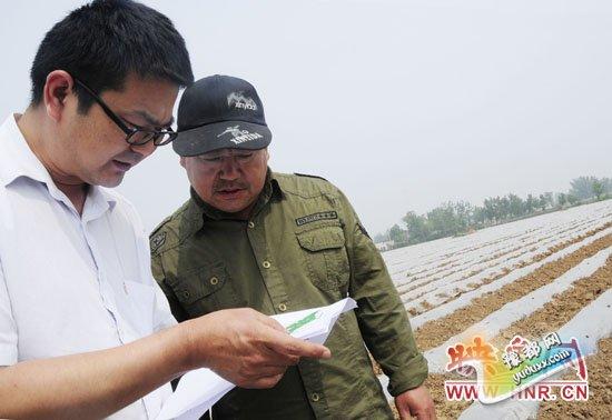 宝丰县农气人员在了解烟农气象需求信息