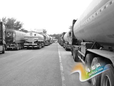 三门峡国道百辆罐车扎堆 车载物多是液化气柴油