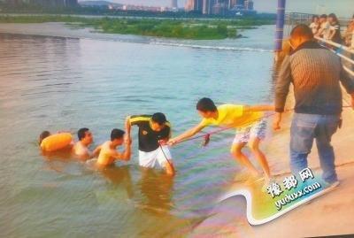 洛阳2女子不慎落水 5男子合力救出后悄然离去
