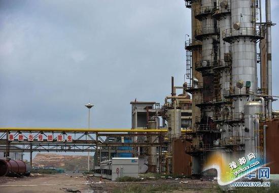 位于该化工厂脱碳塔下的换热器已被爆炸完全损坏