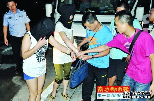 龙岗警方抓获的其中两名女嫌疑人。4名中年农村妇女在网络上招嫖诈骗,3人是亲姐妹1人是弟媳,涉案金额几十万。警方供图