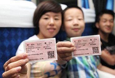 高清:大神棋牌首趟跨海列车抵达海南岛