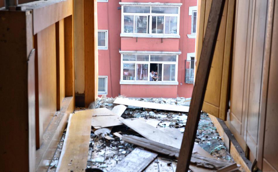 沈阳女子家中做饭 整个阳台突然掉下楼