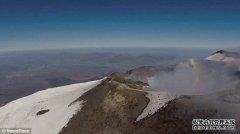 意大利埃特纳火山爆发 喷出大量烟圈