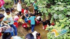 广西:上百小学生用杯子山谷中舀水喝