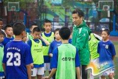 实拍北京校园足球:雨天不减孩子踢球热情