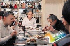 奇人常年在家中设宴:16年请超过10万人吃饭