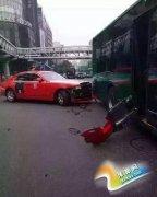 鸟叔杭州乘劳斯莱斯撞公交 随后被保时捷接走(图)