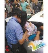 女孩被锁车中半小时湿透 快递小哥报警砸窗众人点赞