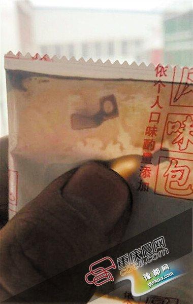 李海峰在方便面料包中发现的异物。