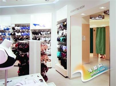 近铁城广场H&M店内,可以在外面轻易看到试衣间内是否有人。