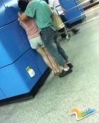 情侣地铁站上下其手视频疯传 当周围的人透明行为出格