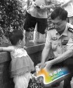 南京两岁女童被弃玄武湖边 身上挂着导尿管