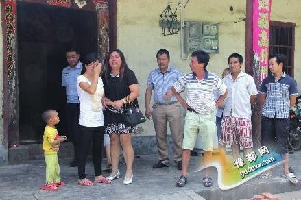 华商报讯(通讯员 黄东海 杜官礼 记者 王斌)2004年,湖南一名14岁少女与家人发生矛盾后负气出走,辗转来到陕西平利县后安家并生下两个孩子,11年来一直未与家人联系。家人多方寻找后终于有了女儿的消息。7月28日,父母女儿重逢,多年来的埋怨随着血浓于水的思念烟消云散。