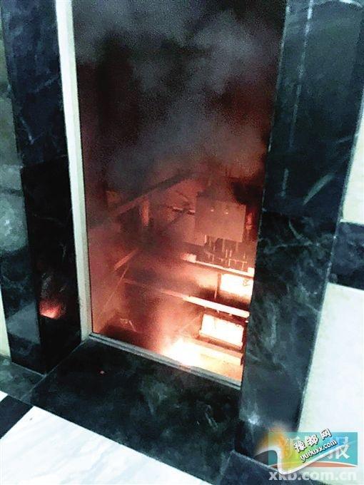 被困人员从电梯中逃出后,目击者在24楼看到,停在23楼的电梯顶部冒出明火。 报料人供图