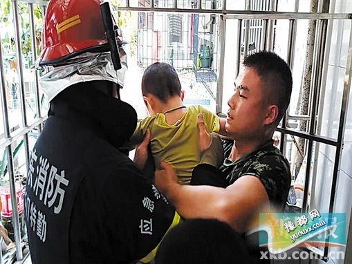 小孩被成功解救。(视频截图)