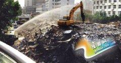 建筑工地扬尘整治:一边拆一边洒水 能管住扬尘