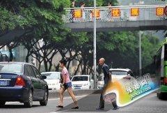 重庆整治行人违反交规一个月 上千人领5元罚单