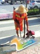 69岁独腿环卫工拄拐杖扫大街7年 半小时扫300米