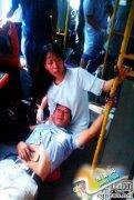 """重庆15岁女生跪地当靠垫救人 获赞""""最美少女"""""""