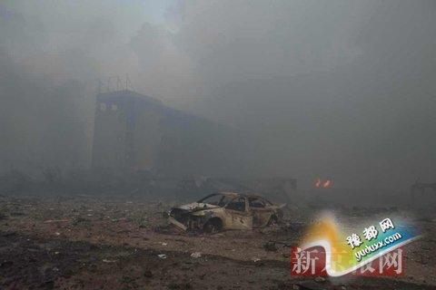事故现场,一辆汽车被烧成仅剩框架。新京报记者 彭子洋 摄