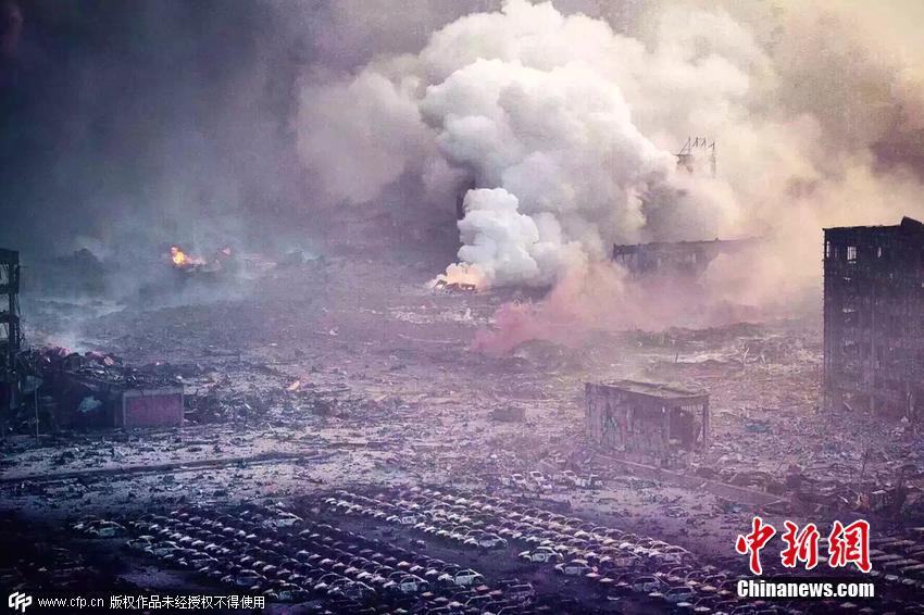 爆炸事故发生现场浓烟滚滚。图片来源:CFP视觉中国