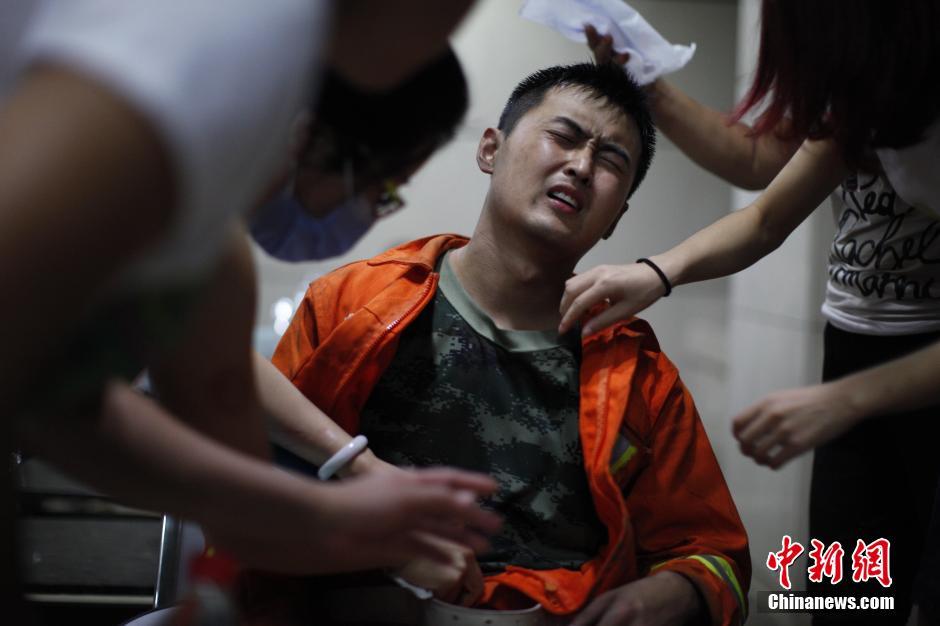 消防官兵被送往医院救治。 中新社发 佟郁 摄
