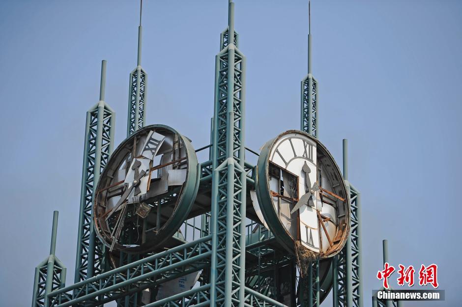 滨海新区广场上一个被震坏的时钟永远定格在事故发生时的时间。中新社发 佟郁 摄