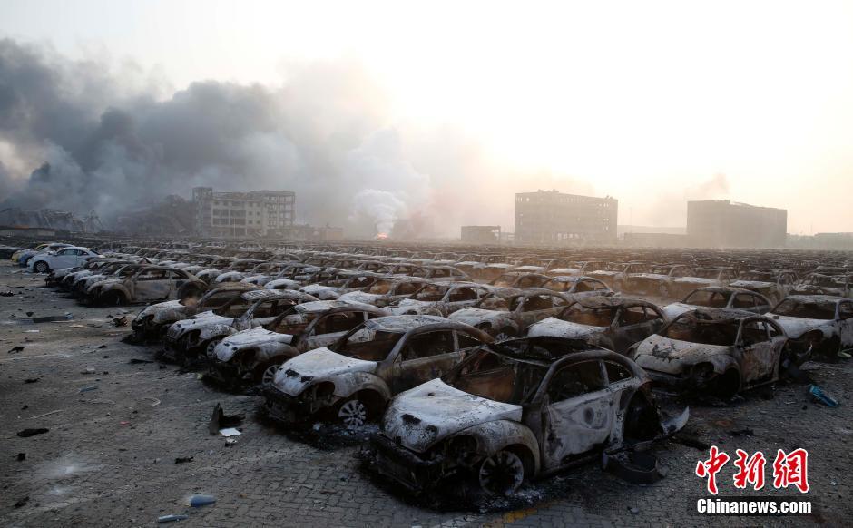 8月13日6时,爆炸事故现场烧焦的汽车。 中新社发 韩海丹 摄