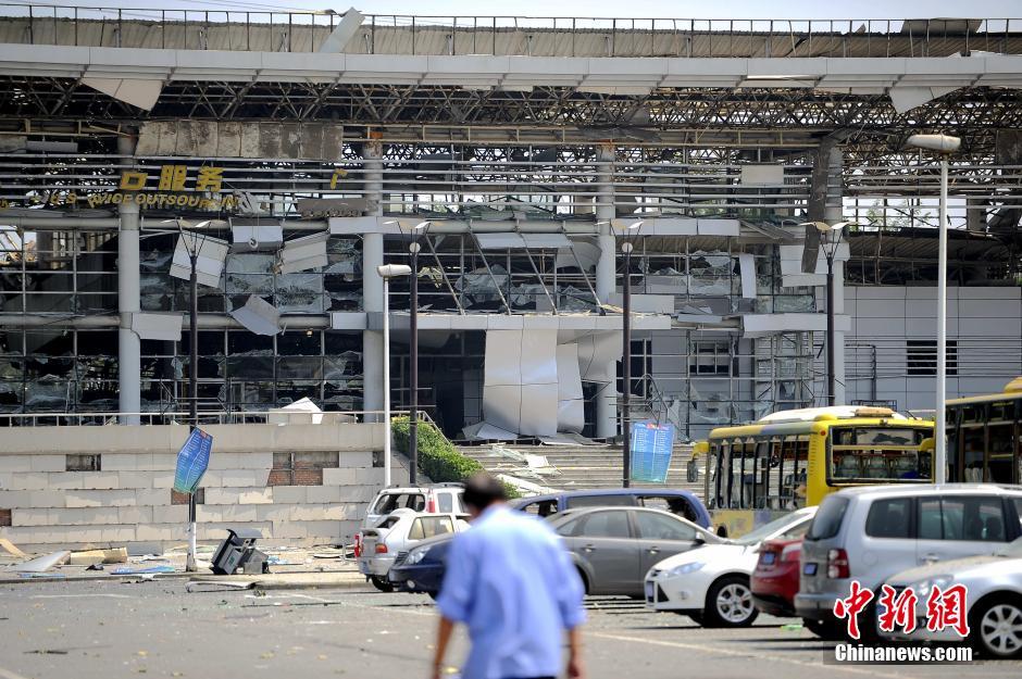 距离爆炸现场约1公里的津滨轻轨东海路站被震毁,停在广场的多辆公交车玻璃被震碎。 中新社发 佟郁 摄