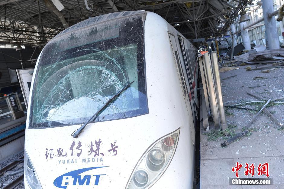 距离爆炸现场不足1公里的津滨轻轨东海路站被震毁。 中新社发 杨阳 摄