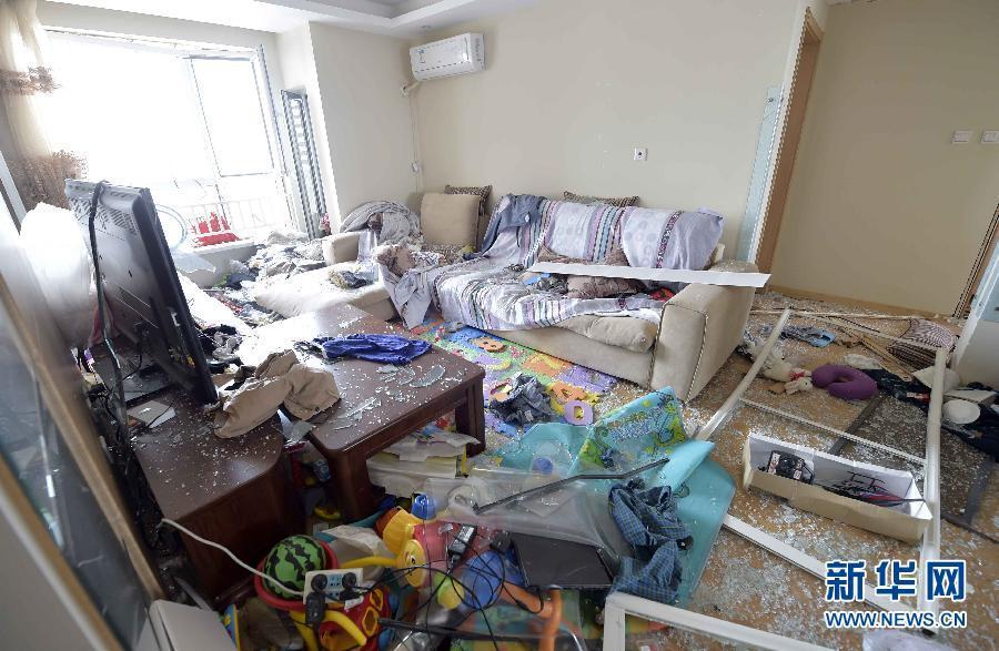 爆炸地点附近的万科清水蓝湾小区一住户受损情况。新华社记者 岳月伟 摄 图片来源:新华网
