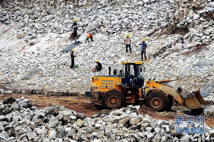 8月18日,工作人员在出山店水库施工现场作业。