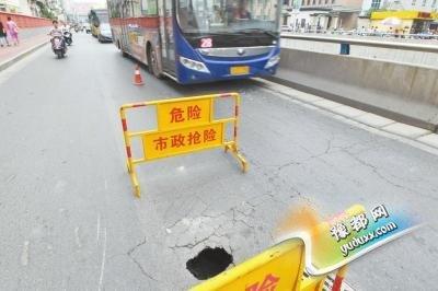郑州东风路1天2次塌方拥堵严重 交警:快被逼疯