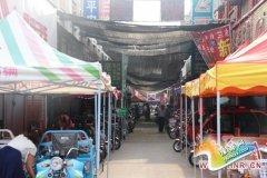驻马店一集贸市场内商户私搭乱建商铺被强拆