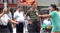 实拍郑州女子路边乱伤人 称长的漂亮就该打