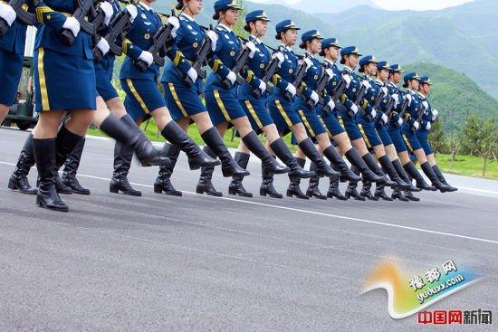 2015年8月14日,北京某阅兵训练基地,正在为抗战胜利70周年阅兵式训练的三军仪仗队女兵。中国网记者 吴闻达 摄