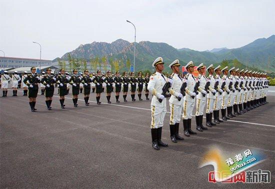 2015年8月14日,北京市某阅兵训练基地,正在为抗战胜利70周年阅兵进行训练的三军仪仗队官兵。中国网记者 吴闻达 摄