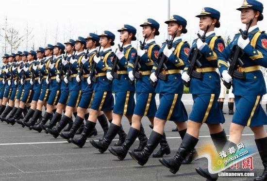 三军仪仗队首次有女兵参加大阅兵