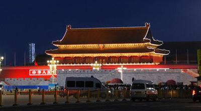"""北京:天安门广场夜间""""星光璀璨"""" 引路人留影拍不停"""