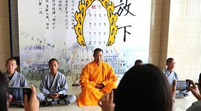 少林武僧在郑州劝白领放下手机遭围观